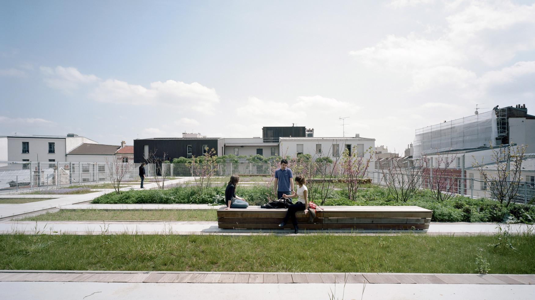 TOA architectes associés : 47 logements, gymnase et jardin associatif, secteur de PLan masse Vignoles Est 83-91 rue des Haies - Paris 20e Construction neuve Ddmarche environnementale & Certification HPE2000 Le projet s'inscrit dans le cadre d'un renouvellement urbain conduit par la reconnaissance des valeurs du quartier faubourien. Motivee par l'intégration souhaitee de l'équipement sportif implante en cœur d'îlot, la vaste toiture du gymnase est investie par un jardin pedagogique public. Une valorisation fonciere des usages qui conduit egalement à l'optimisation des ressources avec notamment la recuperation des eaux de pluies pour l'arrosage du jardin et les sanitaires des logements. OPAC de Paris. Mai 2009.