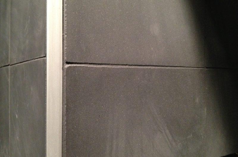 TOA Paris déménage_carrelage noir mat